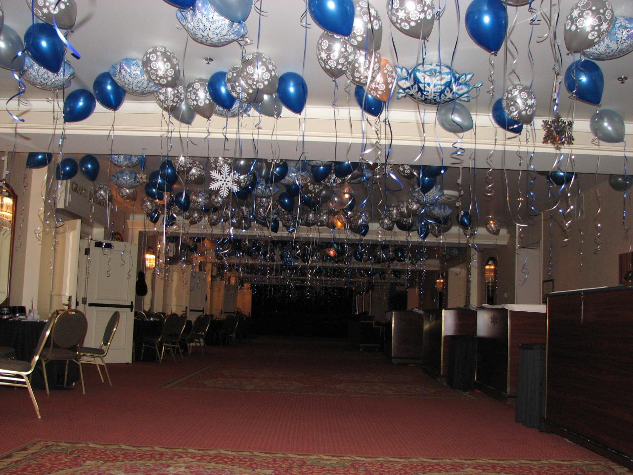 Balloon ceiling decorations party favors ideas for Balloon and streamer decoration ideas